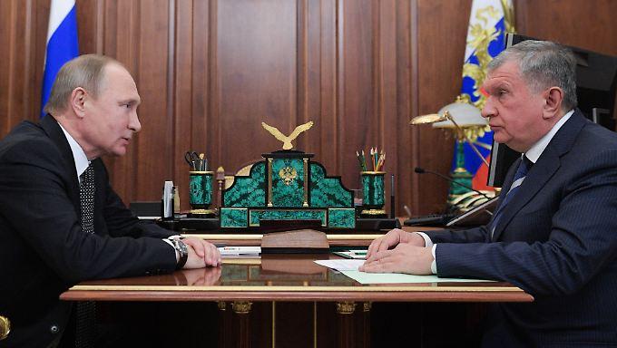 Der Deal wird bei einem Treffen von Kremlchef Putin (l.) mit Rosneft-Chef Sechin bekannt.