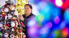 130 Lichterketten, 16.000 Kugeln: Familie hat 110 Weihnachtsbäume zuhause