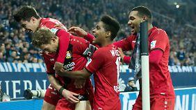 Stefan Kießling traf die dezimierten Schalker kurz vor Schluss.