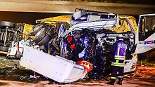 Tote und Schwerverletzte auf A33: 69-Jährige von kippendem Lkw erschlagen