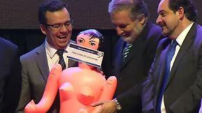"""""""Zur Stimulierung der Wirtschaft"""": Minister mit geschenkter Gummipuppe empört Chilenen"""