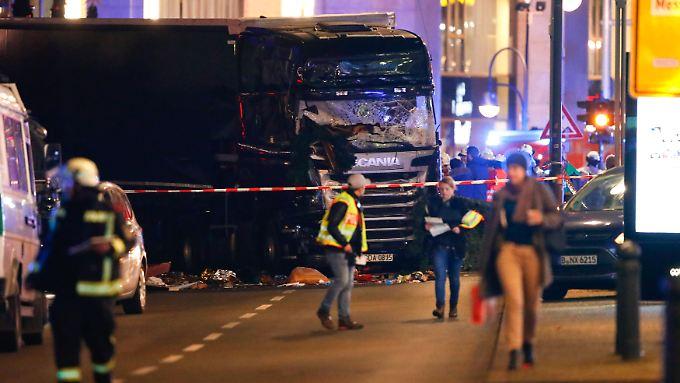 Ein schwarzer LKW mit polnischem Kennzeichen fuhr auf den Weihnachtsmarkt. Mindestens neun Menschen starben.