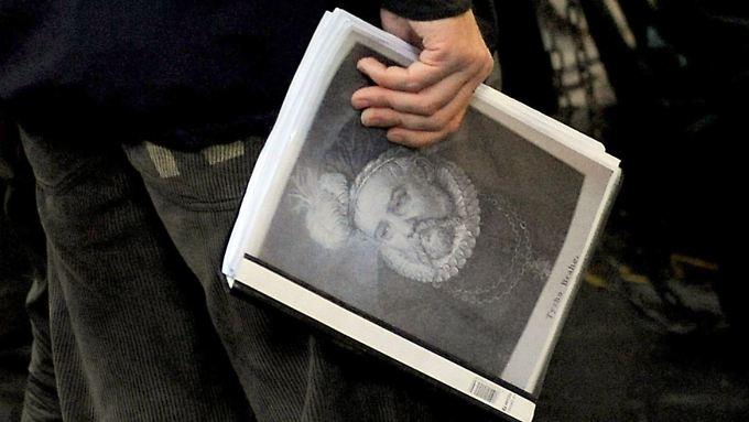 Die Begleitmappe mit dem Porträt Tycho Brahes.