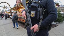 ... schußsicheren Westen und Maschinenpistolen. Außerdem werden ...