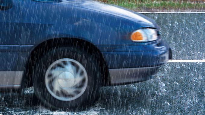 Wenn es rauscht wird es gefährlich: Autofahrer sollten Aquaplaning nicht unterschätzen.