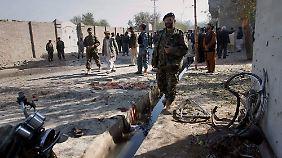 Afghanische Sicherheitskräfte bei einem Selbstmordanschlag in Jalalabad.