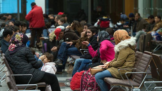 Menschen in einer Registrierungsstelle für Flüchtlinge in Berlin.