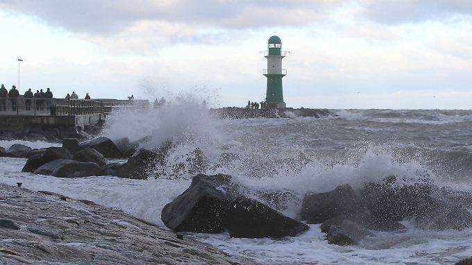 """Tief """"Axel"""" fegt über Norddeutschland: Ostseeküste bereitet sich auf schwerer Sturmflut vor"""