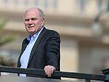 Zufrieden, Uli Hoeneß nach Zustandsbetrachtung seiner Bayern in Doha.