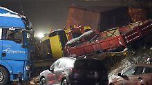Glatte Straßen und Sturmflut: Lkw kippt um, Massen-Crash bei Berlin