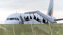 Rückflug auf Staatskosten: Die Bundesregierung chartert Flugzeuge, um abschiebepflichtige Asylbewerber in ihre Heimatländer zurückzuführen.