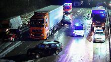 Eine Tote und 13 Verletzte auf A1: Dutzende Autos krachen aufeinander