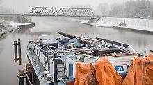 Schiffsführer stirbt nach Kollision: Containerschiff rammt Brücke im Emsland