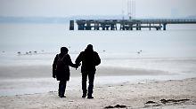 Für Spaziergänge, wie hier etwa an der Ostsee, empfiehlt es sich, sich dick einzupacken.