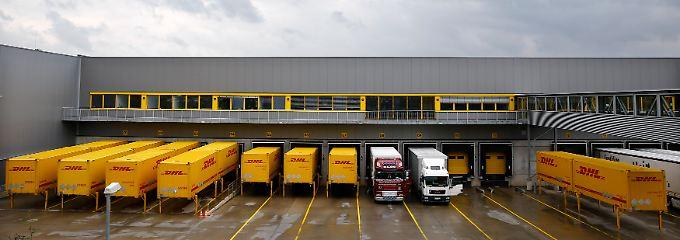 Bislang koordiniert Amazon hierzulande über DHL. Langfristig könnte sich das ändern.