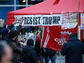 """""""Leistet Widerstand gegen Trump"""": In Brüssel wenden sich Demonstranten gegen Sexismus à la Trump."""