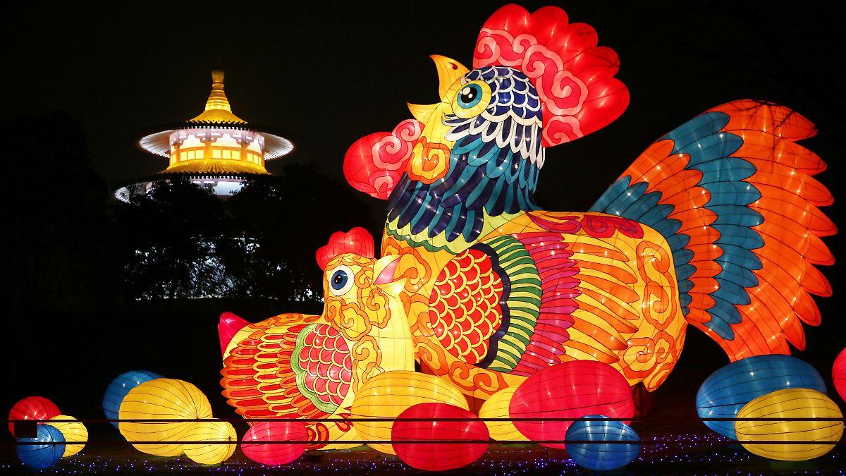 millionen chinesen feiern tagelang neujahr der feuer hahn. Black Bedroom Furniture Sets. Home Design Ideas
