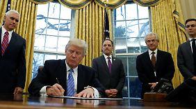 Erlasse und Ankündigungen: Trump legt als US-Präsident los