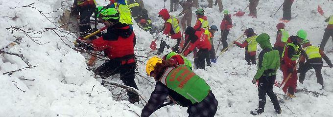 Hoffnung nach Welpenfund vergebens: Helfer bergen weitere Todesopfer aus Hotel