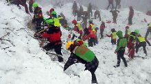 Ermittlung wegen fahrlässiger Tötung: Helfer bergen weitere Todesopfer aus Hotel
