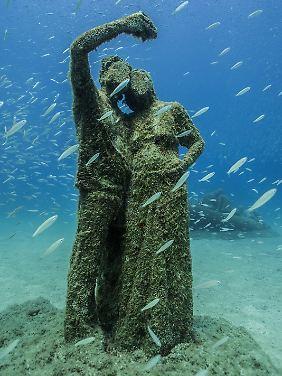 Den Moment festhalten: Skulptur eines gesichtslosen Selfie-Pärchens im Museo Atlántico.