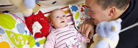 Selten mehr als zwei Monate Elternzeit: Viele Väter fürchten berufliche Nachteile