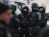 Mehr als 1000 Beamte waren im Einsatz. Der Hauptverdächtige ließ sich allerdings widerstandslos festnehmen.