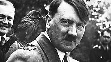 Adolf Hitler mit einem Vogel  auf der Schulter.
