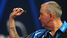 30.12.2016. Alexandra Palace, London, England. William Hill PDC World Darts Championship. Phil Taylor warms up before the final set, during his Quarter Final match with Raymond van Barneveld xMarkxKertonx PUBLICATIONxINxGERxSUIxAUTxHUNxSWExNORxDENxFINxONLY ActionPlus11824013  30 12 2016 Alexandra Palace London England William Hill PDC World Darts Championship Phil Taylor warm Up Before The Final Set during His Quarter Final Match with Raymond van Barneveld xMarkxKertonx PUBLICATIONxINxGERxSUIxAUTxHUNxSWExNORxDENxFINxONLY