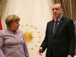 Bundeskanzlerin Angela Merkel (CDU) und der türkische Präsident Recep Tayyip Erdogan sprechen nach ihrem Treffen in Ankara (Türkei) am 02.02.2017. Foto: Lefteris Pitarakis/AP/dpa +++(c) dpa - Bildfunk+++