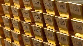Was glitzert und funkelt so schön? Kinder buddeln einen riesigen Goldschatz aus.