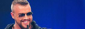 """ARCHIV - Der Rapper Kollegah freut sich am 04.12.2014 bei der Verleihung der 1Live Krone in der Jahrhunderthalle in Bochum (Nordrhein-Westfalen) über seinen Preis in der Kategorie """"Hip-Hop-Act"""". (zu dpa «Zentralrat gegen Rapper Kollegah auf Hessentag - Stadt überlegt» vom 31.01.2017) Foto: Rolf Vennenbernd/dpa +++(c) dpa - Bildfunk+++"""