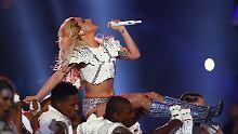 Lady Gaga begann ihren Auftritt mit einem symbolischen Song.
