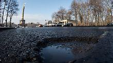 Mit Wasser gefüllt ist am 02.02.2017 in Berlin das Schlagloch auf der Straße des 17. Juni. Auf zahlreichen Straßen der Stadt sorgen diese Schäden für Verkehrsbehinderungen und Ärger bei den Autofahrern. Foto: Paul Zinken/dpa +++(c) dpa - Bildfunk+++