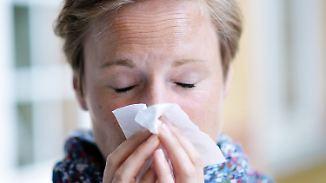 ARCHIV - ILLUSTRATION - GESTELLTE SZENE - Eine Frau putzt sich am 29.07.2016 in Berlin die Nase. (zu dpa «Experte: Grippesymptome nicht unterschätzen» vom 04.02.2017) Foto: Maurizio Gambarini/dpa +++(c) dpa - Bildfunk+++