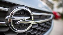 ARCHIV - Ein Opel-Logo ist am 13.05.2016 in Rüsselsheim (Hessen) vor dem Stammsitz des Autobauers im Kühlergrill eines Fahrzeuges zu sehen. (zu dpa ««Brexit trifft Opel hart» vom 05.02.2017) Foto: Frank Rumpenhorst/dpa +++(c) dpa - Bildfunk+++