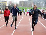 Kate, William und Harry besuchen Training von Teilnehmern des London Marathon February 5, 2017 - London, GREAT BRITAIN - Britain s Prince William, second left, Kate, the Duchess of Cambridge, left, and Prince Harry take part in a relay race, during a training event to promote the charity Heads Together, at the Queen Elizabeth II Park in London, Sunday, Feb. 5, 2017. London GREAT BRITAIN PUBLICATIONxINxGERxSUIxAUTxONLY - ZUMAp124 20170205_zaa_p124_005 Copyright: xAlastairxGrant/Poolx  Kate William and Harry visit Training from Participants the London Marathon February 5 2017 London Great Britain Britain S Prince William Second left Kate The Duchess of Cambridge left and Prince Harry Take Part in a Relay Race during a Training Event to promote The Charity Heads Together AT The Queen Elizabeth II Park in London Sunday Feb 5 2017 London Great Britain PUBLICATIONxINxGERxSUIxAUTxONLY  20170205_zaa_p124_005 Copyright xAlastairxGrant Poolx