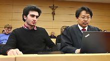 Anas M. (l) sitzt am 06.02.2017 im Landgericht Würzburg (Bayern) neben seinem Rechtsanwalt Chan-jo Jun. Der syrische Flüchtling Anas M. hat eine einstweilige Verfügung gegen das soziale Netzwerk Facebook beantragt, weil ein Selfie, das er mit Angela Merkel gemacht hatte, mehrfach neben Fahndungsfotos von Terroristen montiert wurde. Foto: Karl-Josef Hildenbrand/dpa +++(c) dpa - Bildfunk+++
