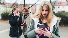 Insbesondere Jugendliche werden Opfer von Mobbing-Attacken in sozialen Netzwerken und über Smartphones.