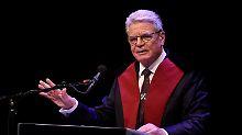 Bundespräsident Joachim Gauck hält am 07.02.2017 im Theater aan het Vrijthof in Maastricht (Niederlande) nach der Verleihung der Ehrendoktorwürde eine Rede. Foto: Rainer Jensen/dpa +++(c) dpa - Bildfunk+++