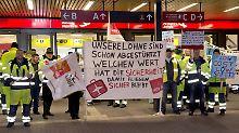 Mehr Geld, kürzere Arbeitszeiten und bessere Aufstiegsmöglichkeiten: Am Flughafen Schönefeld zeigen Mitarbeiter des Bodenpersonals Flagge.