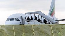 """ARCHIV - Abgelehnte Asylbewerber steigen am 09.12.2014 am Baden-Airport in Rheinmünster (Baden-Württemberg) im Rahmen einer landesweiten Sammelabschiebung in ein Flugzeug. Foto: Daniel Maurer/dpa (zu dpa:""""Schwierige Abschiebungen nach Nordafrika""""vom 28.02.2016) +++(c) dpa - Bildfunk+++"""