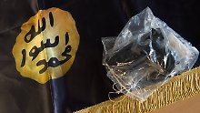 Unter den beschlagnahmten Gegenständen befinden sich diese umgebaute Waffe und die Flagge des IS.