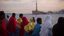 Gerettete Flüchtlinge bei der Einfahrt in den Hafen von Messina: Zukünftig sollen italienische Behörden deutlich schneller darüber entscheiden, wer bleiben darf und wer nicht.