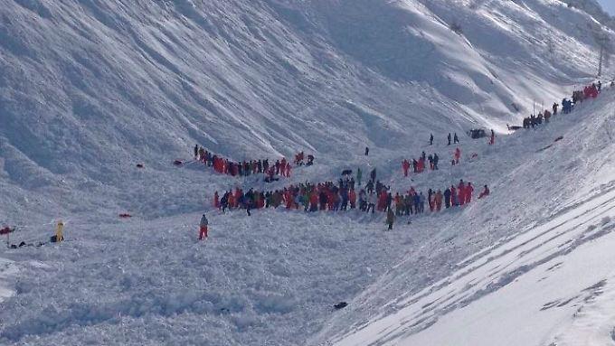 Rettungskräfte suchen in dem Unglücksgebiet nach Überlebenden.
