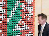 NRW-Innenminister Jäger verlässt das Plenum des Landtages nach der Entscheidung für die Einsetzung eines Untersuchungsausschusses.