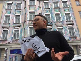 """Quinn vor dem """"Haus der Zeit"""" in Wien."""