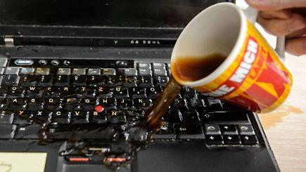 schreckmoment am schreibtisch was tun wenn der laptop nass wird n. Black Bedroom Furniture Sets. Home Design Ideas