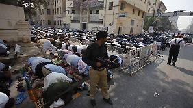 Nach dem Anschlag herrscht die Angst: Ein Polizist steht Wache während des Freitagsgebets.