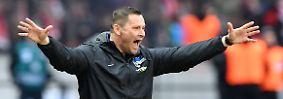 Herthas Trainer Pal Dardai wähnt sich wegen der langen Nachspielzeit irgendwie im DFB-Pokal, ...